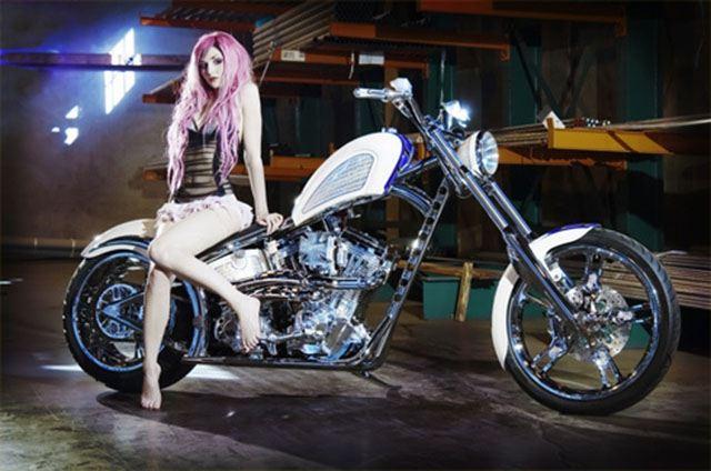 Siêu mẫu bên moto Chopper