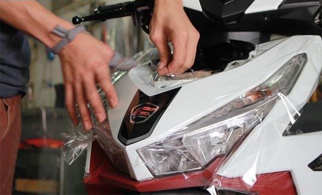 Dán chống trầy xe máy cần đảm bao tính tỉ mỉ, cẩn thận