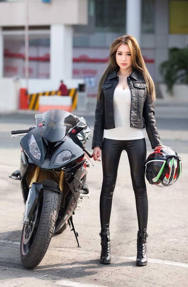 người đẹp bên xe moto thể thao