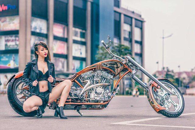 gái xinh bên xe moto Choppe