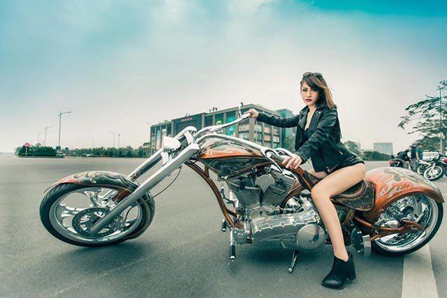 Hotgirl Ngân Lee tạo dáng bên moto Chopper độc nhất Hà Thành