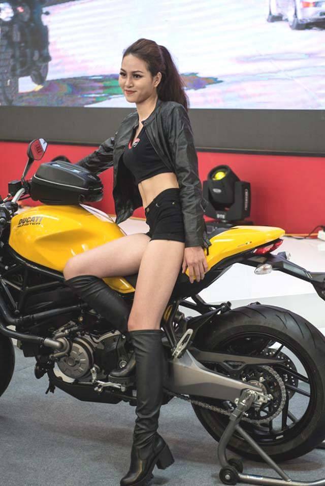 người đẹp và xe moto