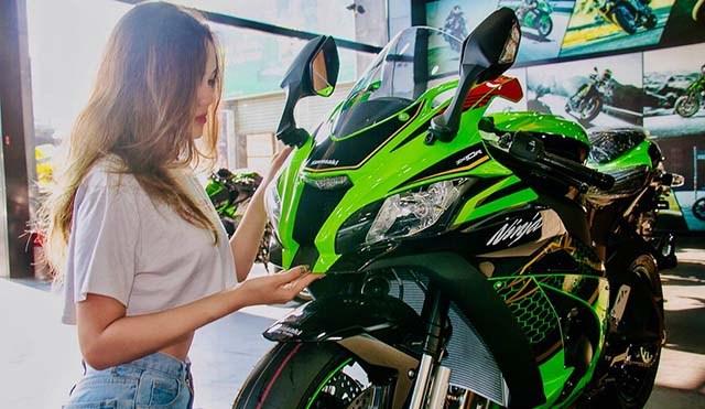 Kawasaki Ninja ZX10R cùng người mẫu ảnh