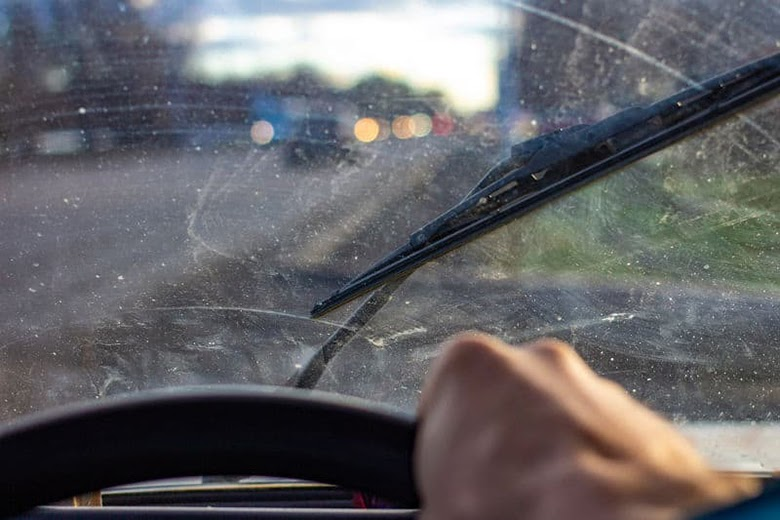 Phun nước lên cửa kính ô tô