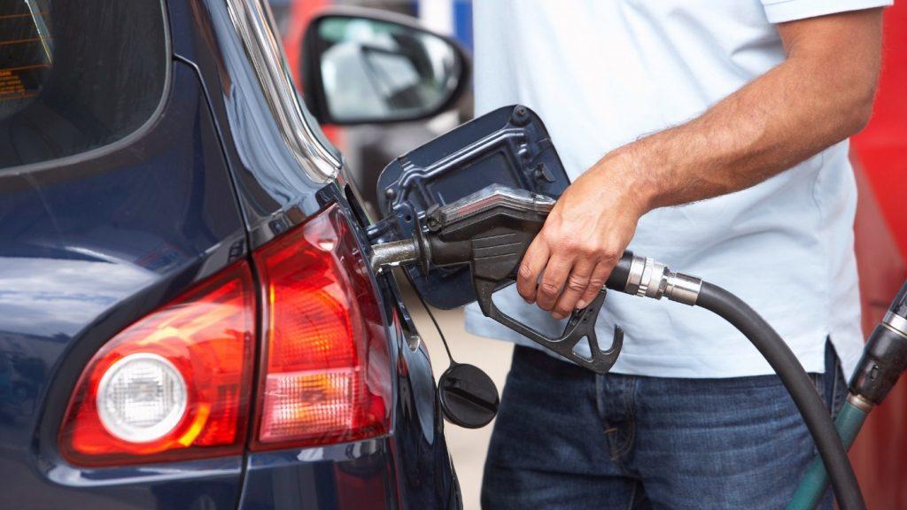 Cách đổ xăng giúp bảo vệ động cơ xe tốt